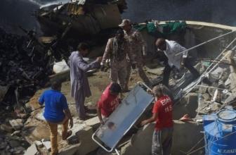 Un jet pakistanais avec 98 à bord s'écrase dans un quartier surpeuplé