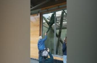 Des retrouvailles réconfortantes capturées par un chimpanzé reconnaissant un ancien volontaire du zoo des décennies plus tard
