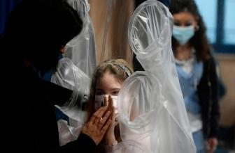 """L'hôpital développe un """" rideau étreignant """" pour que les enfants malades touchent leurs proches"""